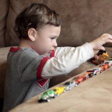 «Ο 4χρονος γιος μου δεν παίζει με άλλα παιδιά, προτιμά το μοναχικό παιχνίδι...»