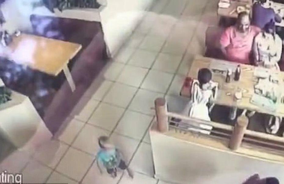 Σοκ: Άγνωστος αρπάζει 22 μηνών βρέφος μπροστά στα μάτια των έκπληκτων γονιών του