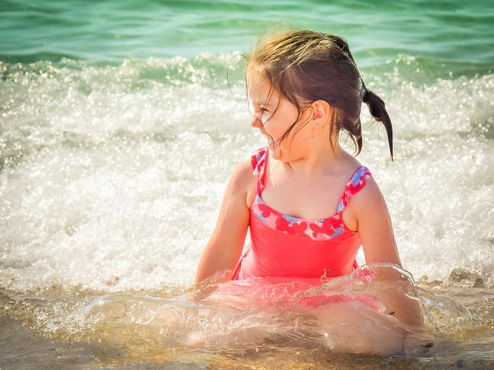 Πώς να προστατέψετε τα παιδιά από τους κινδύνους που κρύβει το καλοκαίρι