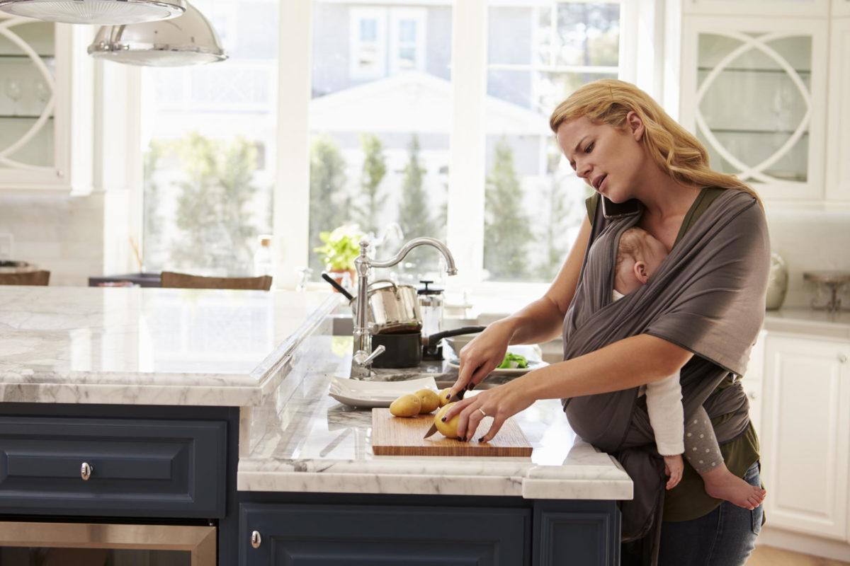 Πώς να κάνετε τις δουλειές με ένα νεογέννητο στο σπίτι