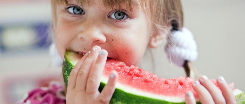 Ποια είναι τα καλύτερα φρούτα για να τρώνε τα παιδιά μας; Η διατροφολόγος απαντά