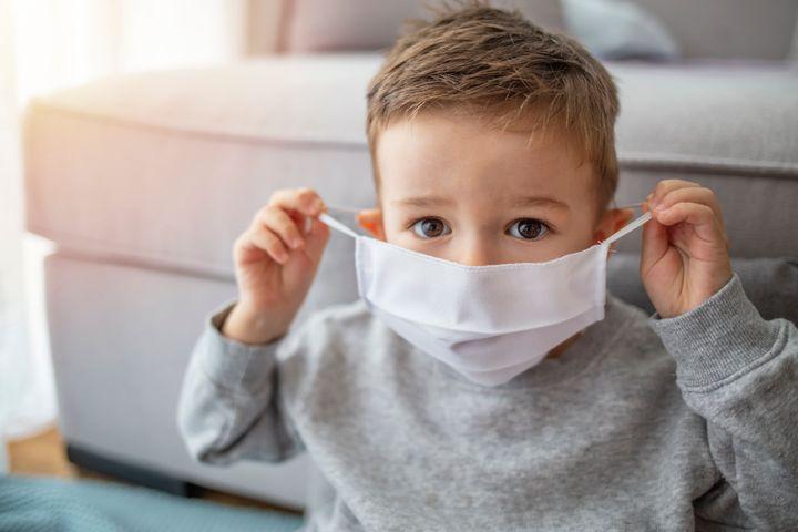 Πόσο ασφαλές είναι για την υγεία των παιδιών να φοράνε μάσκα; Ο παιδίατρος απαντά
