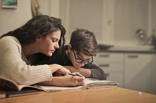 Γιατί οι γονείς δεν πρέπει να εμπλέκονται στο διάβασμα του παιδιού στο σπίτι; Μια μαμά και μια εκπαιδευτικός απαντούν