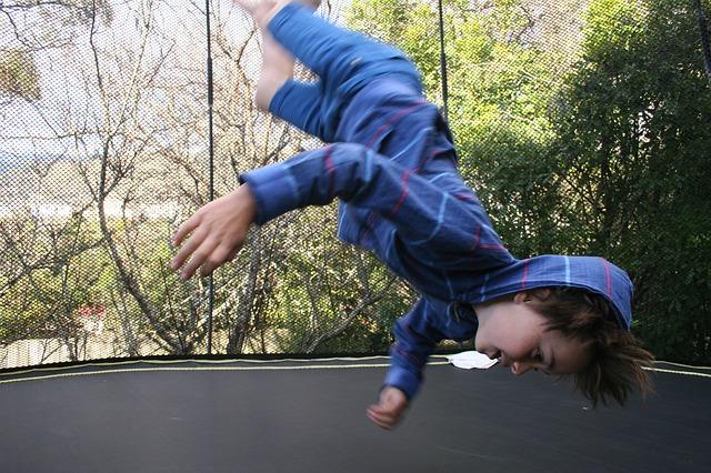 Τα παιδιά δεν θα έπρεπε να κάνουν τραμπολίνο σε καμία ηλικία, υποστηρίζουν παιδίατροι