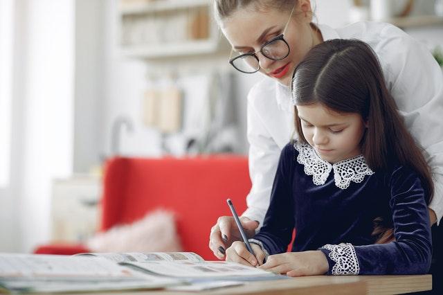 Πώς να βοηθήσετε το παιδί να ξεπεράσει το άγχος για το διάβασμα – Ο ειδικός συμβουλεύει