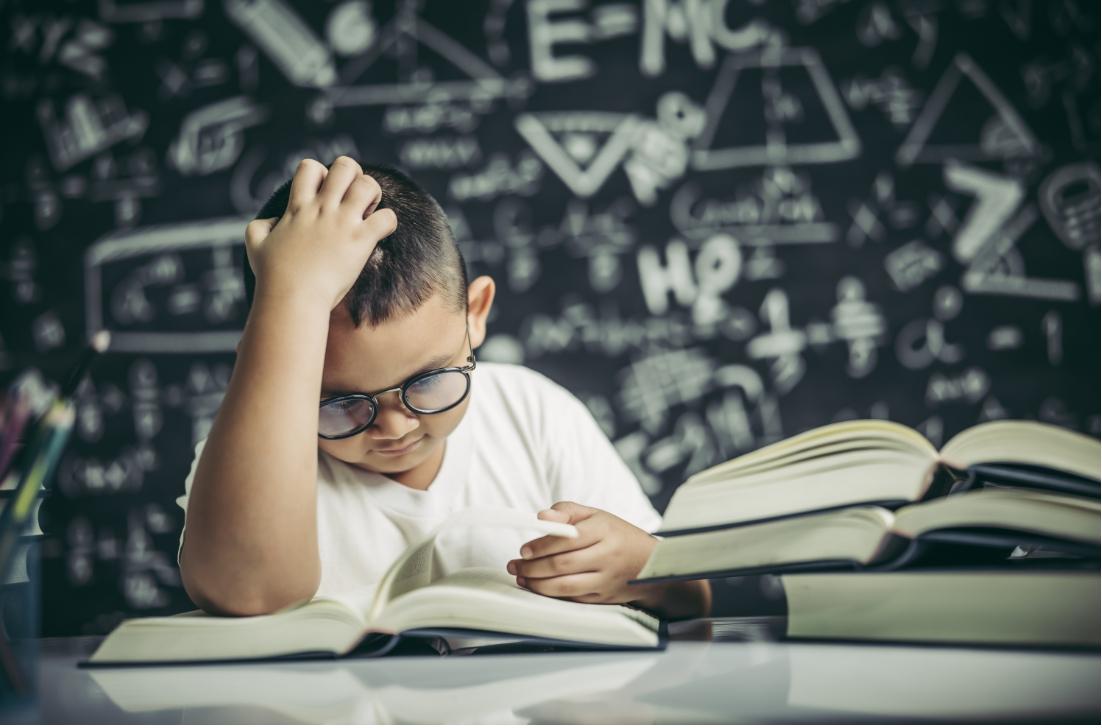 12 Κόλπα για να βοηθήσετε τα παιδιά με Διαταραχή Ελλειμματικής Προσοχής στην ανάγνωση, τη γραφή και τα μαθηματικά
