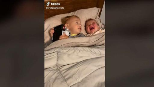 Ο τρόπος που αυτός ο 2χρονος ηρεμεί τη μπέμπα αδερφούλα του έχει τρελάνει το διαδίκτυο