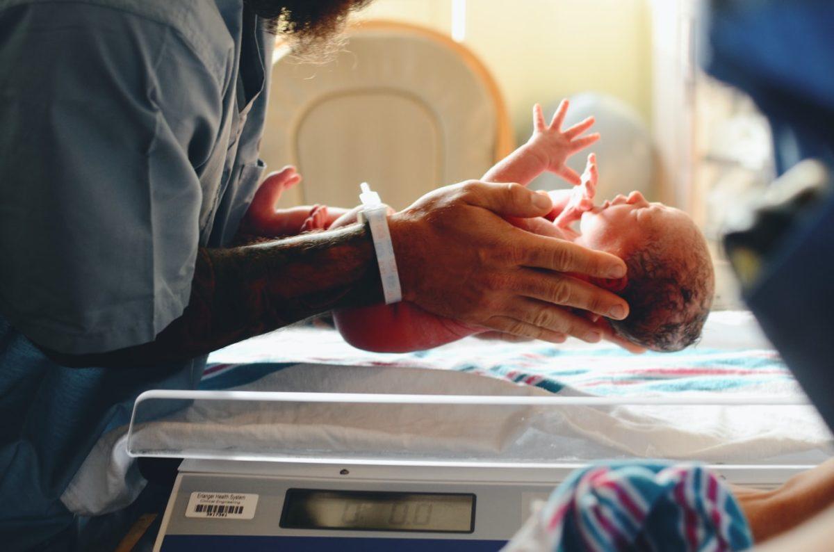 Τί κάνουν τα νεογέννητα στα πρώτα 70 λεπτά της ζωής τους;