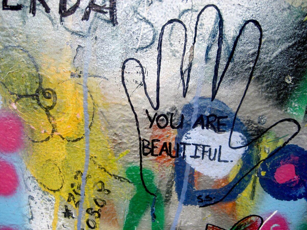 Ένα ποίημα που μας μαθαίνει να αγαπάμε ό,τι μας ενοχλεί κοιτώντας στον καθρέφτη