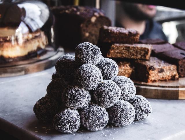 3 εύκολες συνταγές για να υποδεχθείτε… γλυκά το σαββατοκύριακο