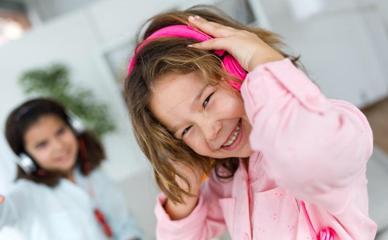 Πώς τα παιδικά τραγουδάκια βοηθούν στη γλωσσική ανάπτυξη και την κίνηση των παιδιών (video)