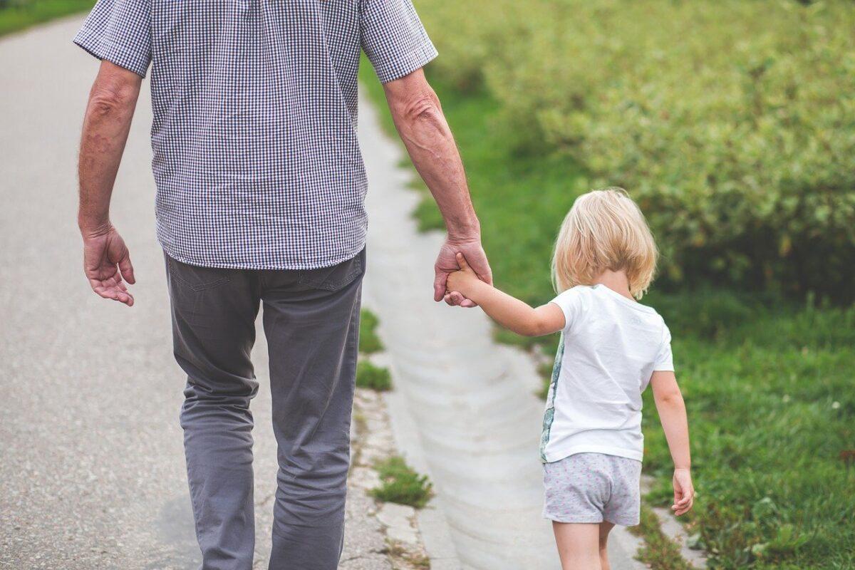 «Να σε λέω μπαμπά;»: Μία ωδή στους γονείς που δίνουν τα πάντα στο παιδί που δεν έχει το αίμα τους