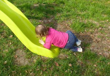 Γιατί το παιδί ανεβαίνει ανάποδα στην τσουλήθρα; Η ειδικός απαντά