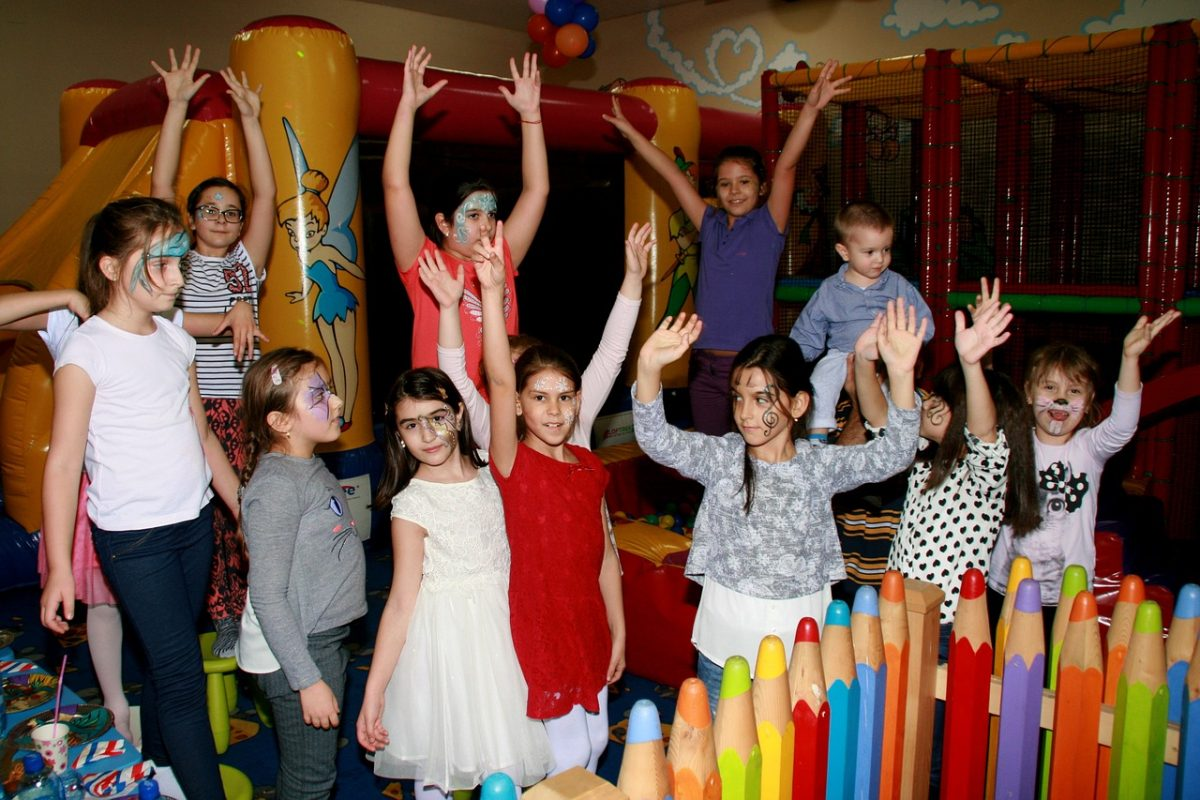 Ακόμη πιο ελεύθεροι από την Πέμπτη – Τι αλλάζει σε παιδικά πάρτι, πάρκα, παιδότοπους
