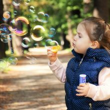 Πώς το παιχνίδι με τις σαπουνόφουσκες βοηθά στην ανάπτυξη των παιδιών