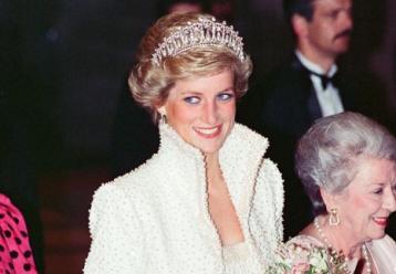 Με δύο παιδιά στην αγκαλιά της το άγαλμα της πριγκίπισσας Νταϊάνα (εικόνες+video)