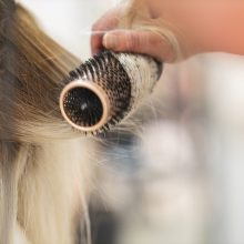 Μην πετάξετε τις τρίχες από τη βούρτσα των μαλλιών σας