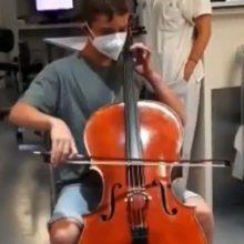 Έφηβος έπαιξε τσέλο στον βαριά άρρωστο πατέρα του και έγινε καλά