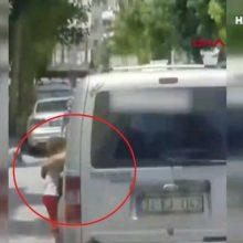 Κρέμασε τον 3χρονο γιο του στην πόρτα του αυτοκινήτου για να τον τιμωρήσει