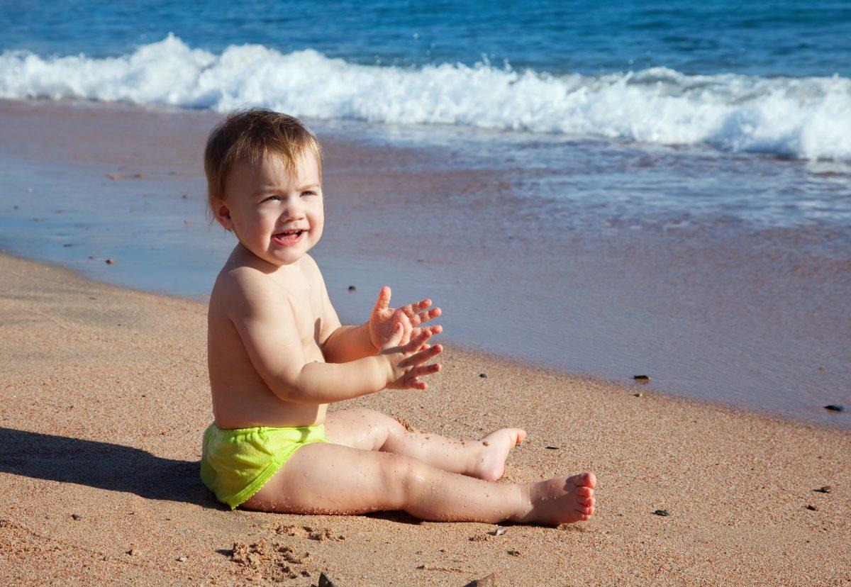 Γονείς, το νου σας! Μέσα στη θάλασσα, τα μωρά στην αγκαλιά και τα νήπια σε απόσταση «ενός χεριού»