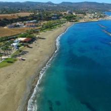 Η παραλία της Πόλης Χρυσοχούς ανανεώνεται και γεμίζει παιχνίδια