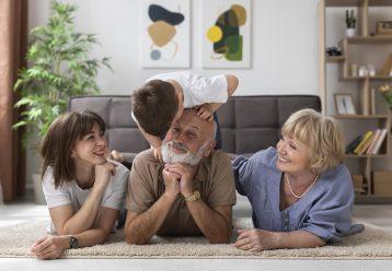 Ας αφήσουμε τη γιαγιά και τον παππού να «κακομάθουν» και λίγο τα παιδιά μας