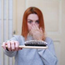 Γιατί πέφτουν τα μαλλιά μας το φθινόπωρο και πώς μπορούμε να τα «σώσουμε»