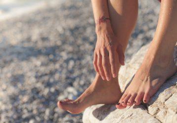 Σκασμένες φτέρνες το καλοκαίρι: Τι φταίει τελικά και πώς να αντιμετωπίσετε το πρόβλημα