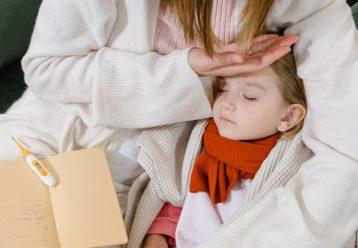 Ο παιδίατρος προειδοποιεί για τα παιδιά με COVID: «Προσοχή στο δυνατό πόνο στο στήθος και τον πυρετό»