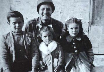 Στον Β' Παγκόσμιο Πόλεμο παραλίγο να πυροβολήσει 3 παιδιά, σήμερα τα αγκαλιάζει ξανά