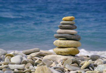 6 απίθανες ιδέες για να παίξουν τα παιδιά σε παραλίες με πέτρες