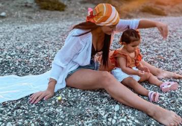 Άντρεα Νικολάου Παναγή: Μας δείχνει την εικόνα εκείνης στην ηλικία της κόρης της και μοιάζουν πολύ! (φωτό)
