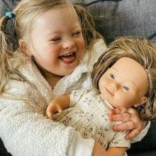 Τα παιδιά της Κύπρου αγκαλιάζουν για πρώτη φορά κούκλες με σύνδρομο Down