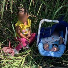 Εικόνα που ραγίζει καρδιές: Δύο μικρά αδελφάκια εγκαταλελειμμένα στην όχθη ποταμού (φωτό)