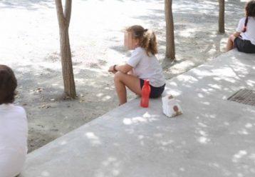 «Εχουν τα παιδιά να κάθονται σε καρέκλες στα διαλείμματα»: Φωνάζουν οι γονείς για τα πρωτόκολλα