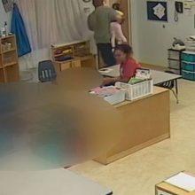 Εξοργιστικό βίντεο: Δάσκαλος σπρώχνει 4χρονη σε παιδικό σταθμό και τη ρίχνει κάτω