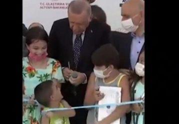 Όταν ο Ρετζέπ Ταγίπ Ερντογάν έχασε την ψυχραιμία του και... «χτύπησε» αγοράκι! (video)