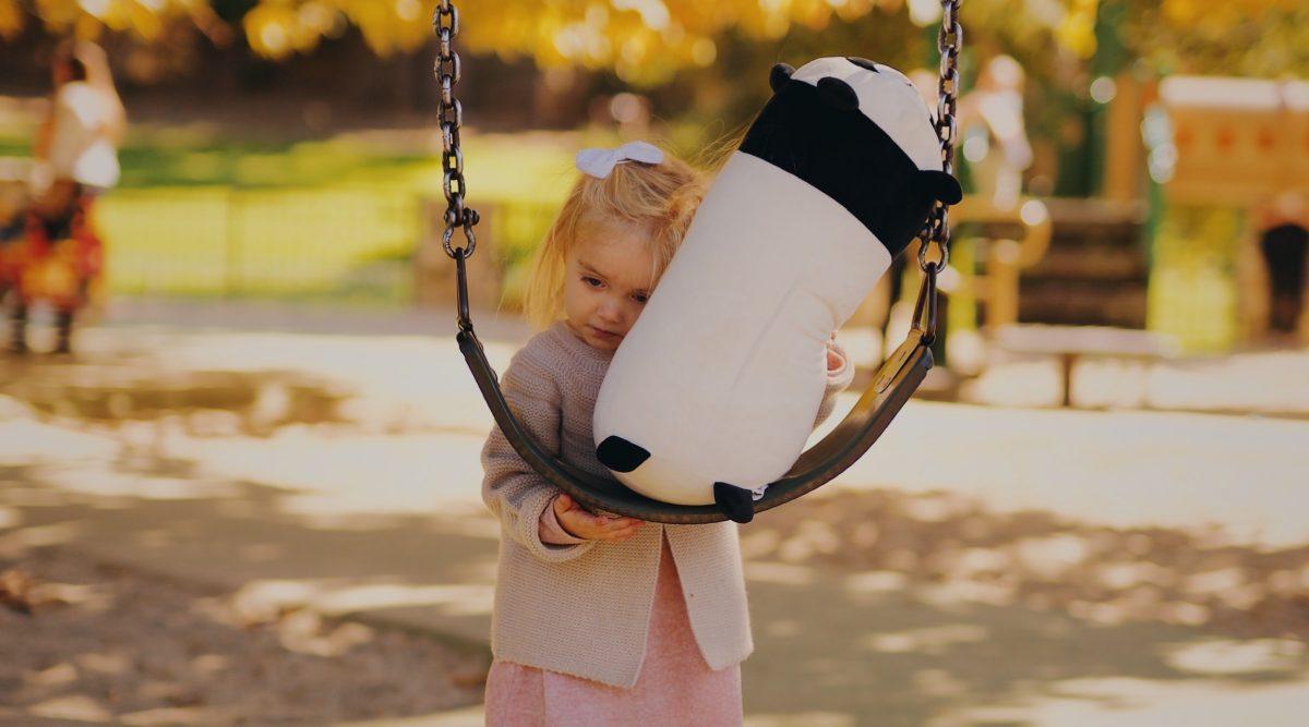 Όταν προσπερνάμε ένα παιδί που κακοποιείται, γινόμαστε εξίσου θύτες