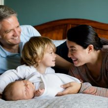 Άδειες μητρότητας και πατρότητας: Τι ισχύει στην Κύπρο και στις άλλες χώρες της Ευρώπης