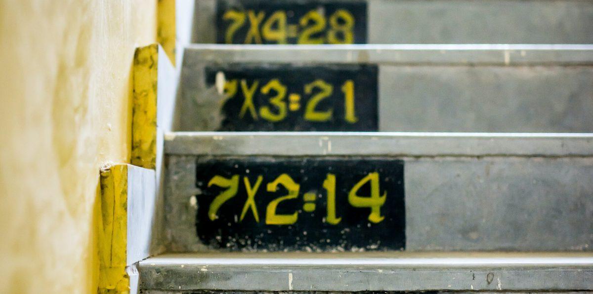 «Ο πολλαπλασιασμός του 9»: Πώς ένας δάσκαλος δίδαξε στα παιδιά να μην κρίνουν απ' τα λάθη