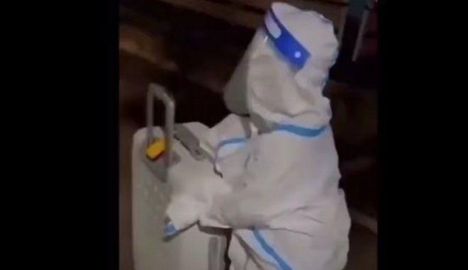 Σπαρακτική εικόνα: 4χρονο παιδί μπαίνει ολομόναχο σε καραντίνα (video)
