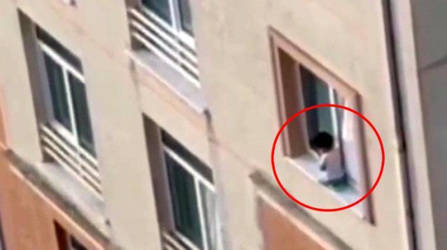 Μωρό στέκεται σε περβάζι πολυόροφου κτήριου με το κενό από κάτω (βίντεο)