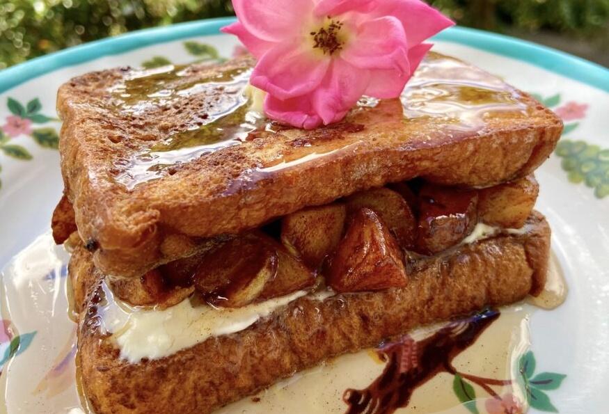 Γαλλικό τοστ με καραμελωμένα μήλα και γέμιση cheesecake: Ένα σνακ σκέτη τρέλα!