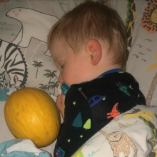 «Το παιδί μου δεν μπορεί να κοιμηθεί αν δεν πάρει αγκαλιά... ένα πεπόνι»