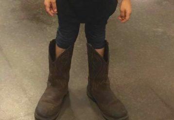 """«Φορούσε τις μπότες του μπαμπά της για τα """"γενέθλιά του"""""""