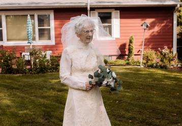 97χρονη γιαγιά που δεν είχε νυφικό στον γάμο, το φορά 77 χρόνια μετά (εικόνες)