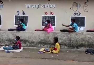 Δάσκαλος γέμισε πίνακες τους τοίχους ενός χωριού για να μην χάνει κανένα παιδί το μάθημα (video)