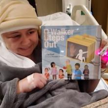 Δασκάλα διαβάζει στους μαθητές της μία ημέρα μετά την εγχείριση όγκου στον εγκέφαλο